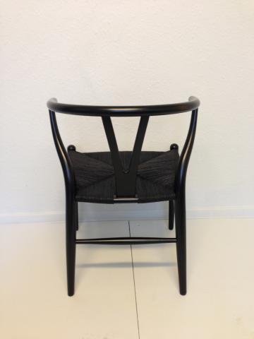 ... stol . Sortmalet bøg. Nylakeret og nyflettet.  Design Møbler